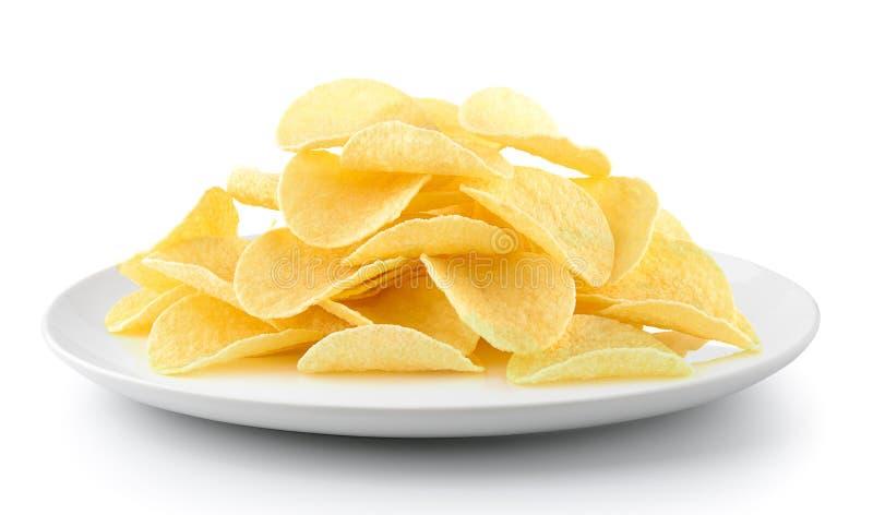 Kartoffelchips in einer Platte lokalisiert auf einem weißen Hintergrund lizenzfreies stockfoto