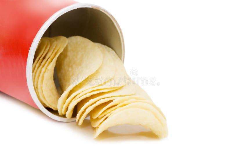 Kartoffelchips getrennt über Weiß stockfotos