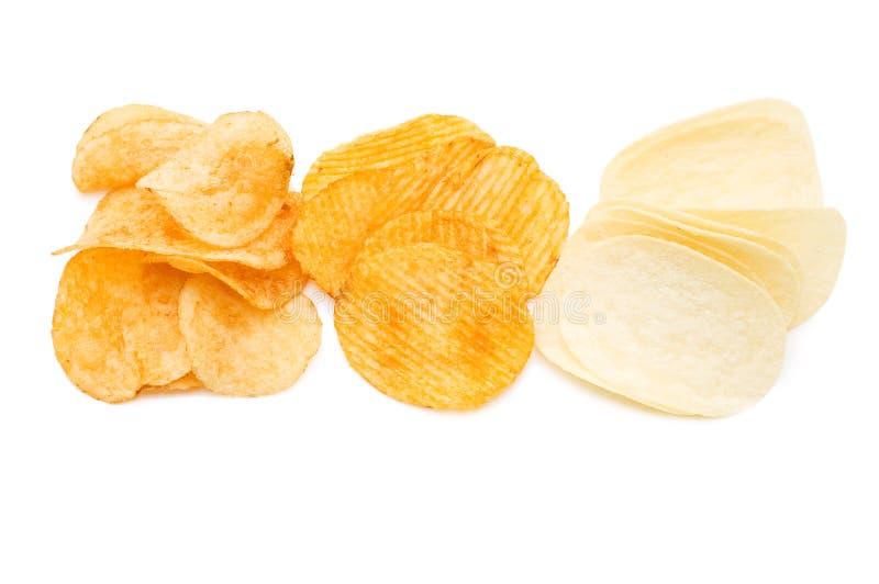 Kartoffelchips getrennt über Weiß lizenzfreie stockfotos