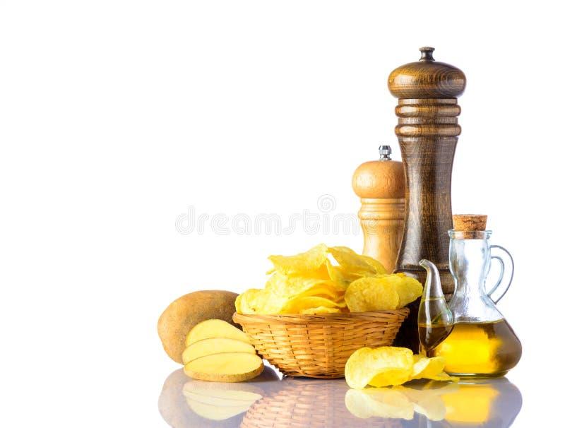 Kartoffelchips mit Salz-Mühle und Pfeffer-Mühle lizenzfreie stockfotografie