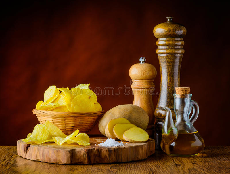 Kartoffelchips und Bestandteile lizenzfreie stockfotos