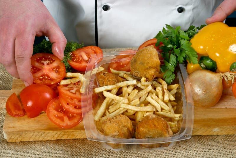 Kartoffelchips und Hühnerbeine stockfotografie