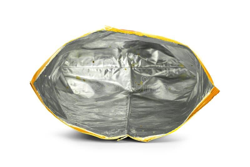 Kartoffelchiptasche lokalisiert auf wei?em Hintergrund Nach innen vom Restimbissverpacken stockbilder