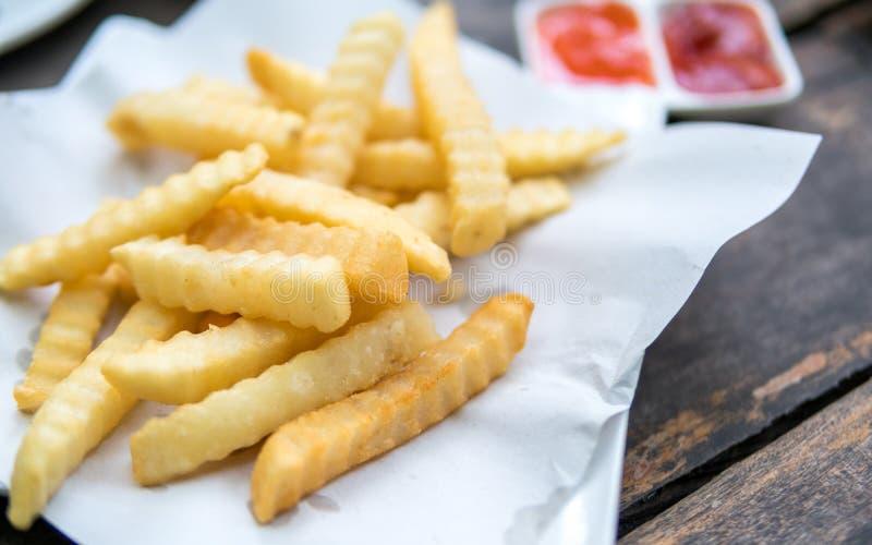 Kartoffelfischrogen auf einem Weißbuch stockfoto