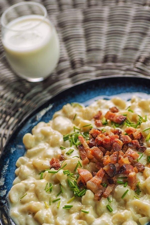 Kartoffelmehlklöße mit Schafkäse und Speck, traditionelle slowakische Nahrung, slowakische Gastronomie lizenzfreie stockfotos