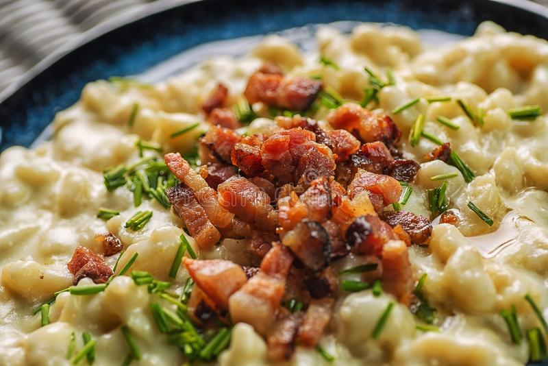 Kartoffelmehlklöße mit Schafkäse und Speck, traditionelle slowakische Nahrung, slowakische Gastronomie stockfoto