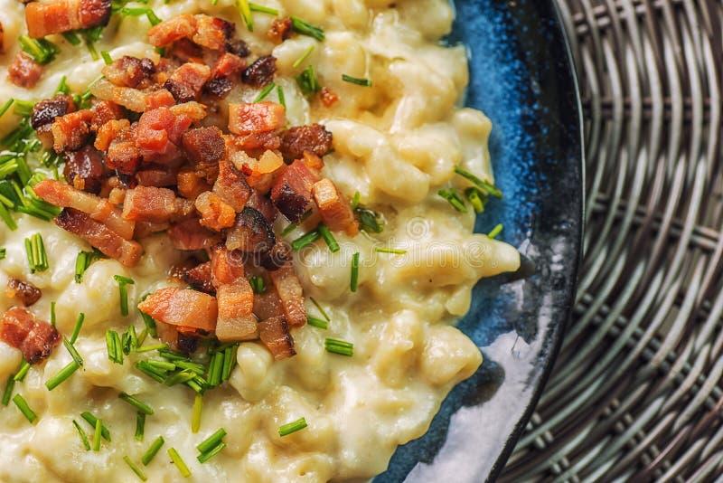 Kartoffelmehlklöße mit Schafkäse und Speck, traditionelle slowakische Nahrung, slowakische Gastronomie stockfotografie