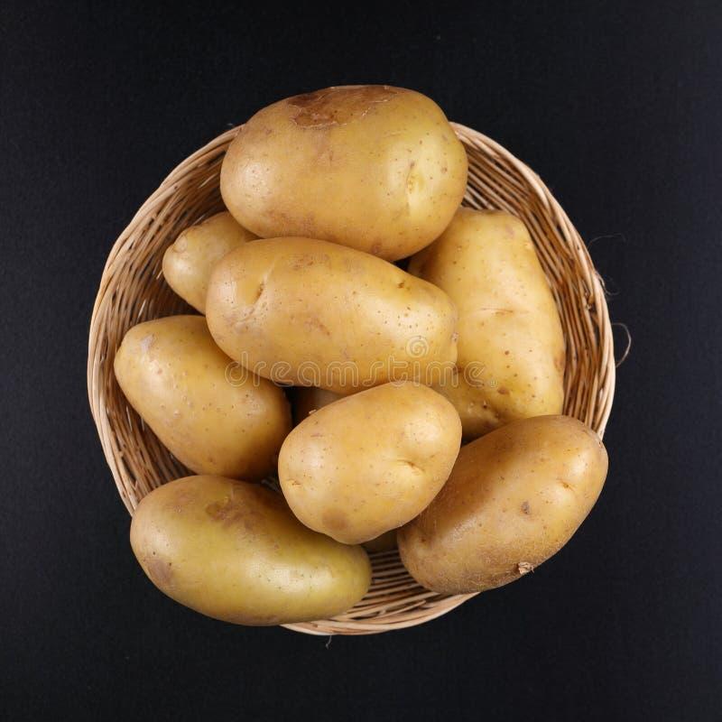 Kartoffeln auf Korb stockfoto