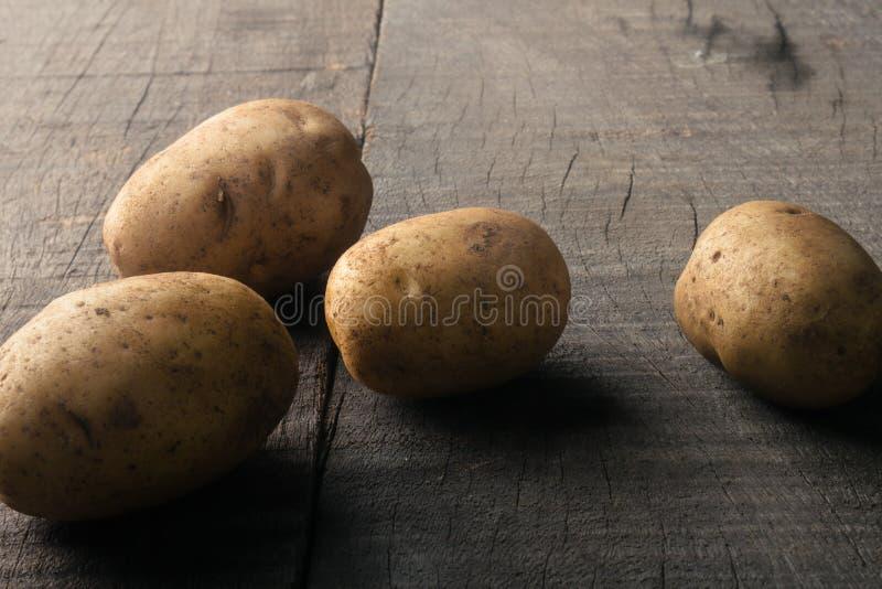 Kartoffeln auf rustikaler Tabelle lizenzfreie stockfotografie