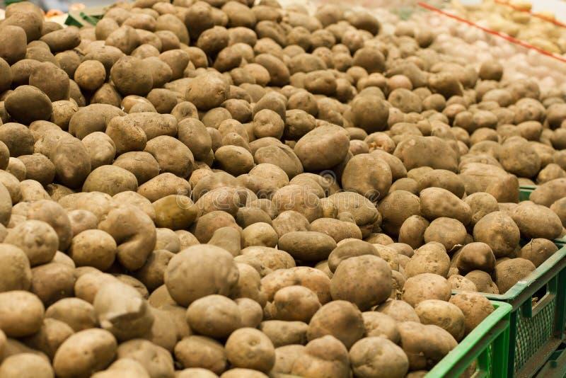 Kartoffeln im Markt Obenliegende Perspektive der Hintergründe des rohen Gemüses Gesundes organisches Kartoffellebensmittel Selekt lizenzfreies stockbild