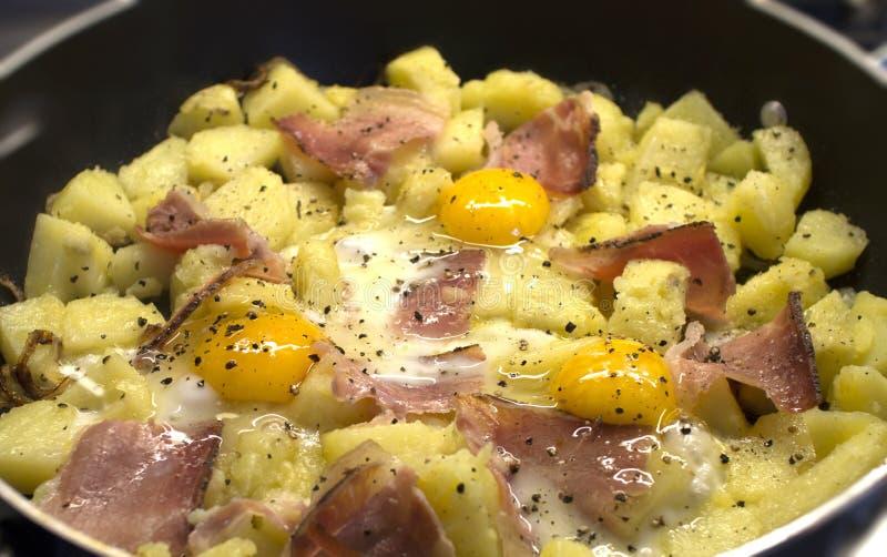 Kartoffeln mit Eiern und Speck lizenzfreie stockbilder