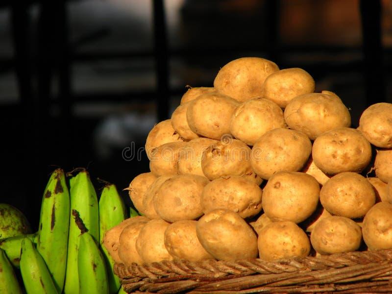Kartoffeln u. Bananen stockfoto