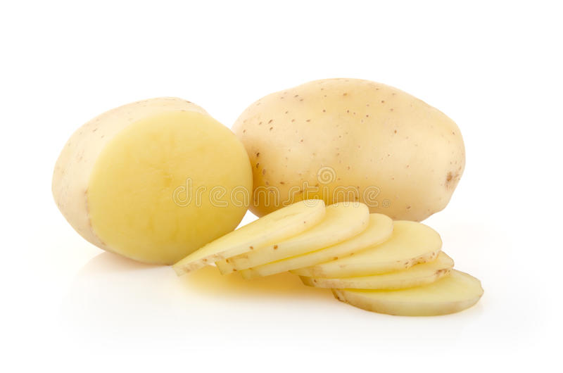 Kartoffeln und Scheiben auf Weiß lizenzfreie stockfotos