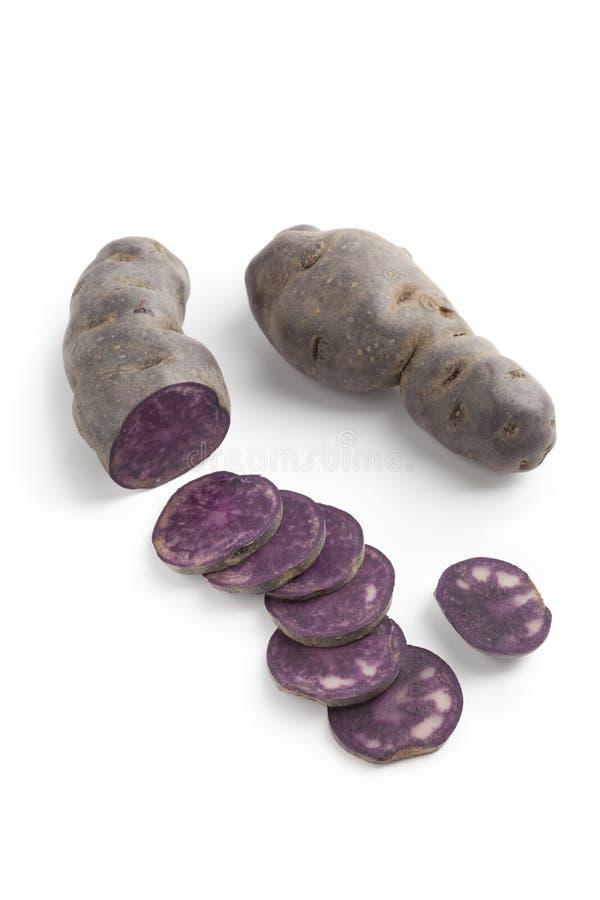 Kartoffeln vollständig und geschnitten stockfotografie