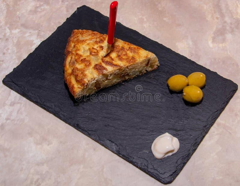 Kartoffelomelett mit Oliven und Mayonnaise lizenzfreies stockbild