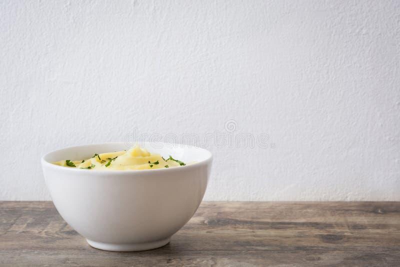 Kartoffelpüree auf einem Holztisch stockbild