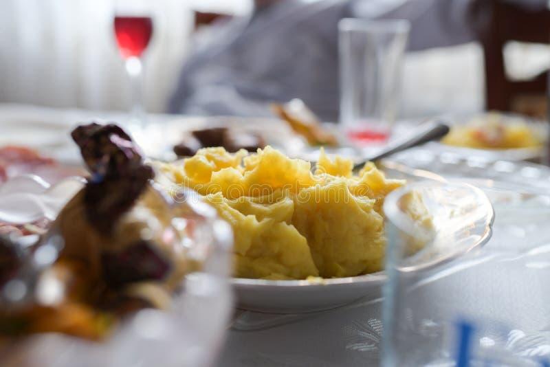 Kartoffelpürees auf dem Tisch, selbst gemachte Kartoffelpürees lizenzfreies stockfoto