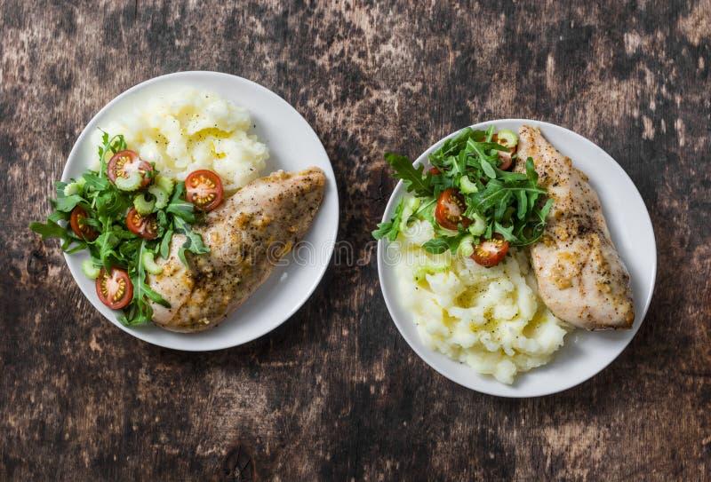 Kartoffelpürees, gebackene Knoblauchhühnerbrust und Arugula, Kirschtomatensalat Gesundes Nahrungsmittelkonzept Köstliches Mittage lizenzfreies stockfoto
