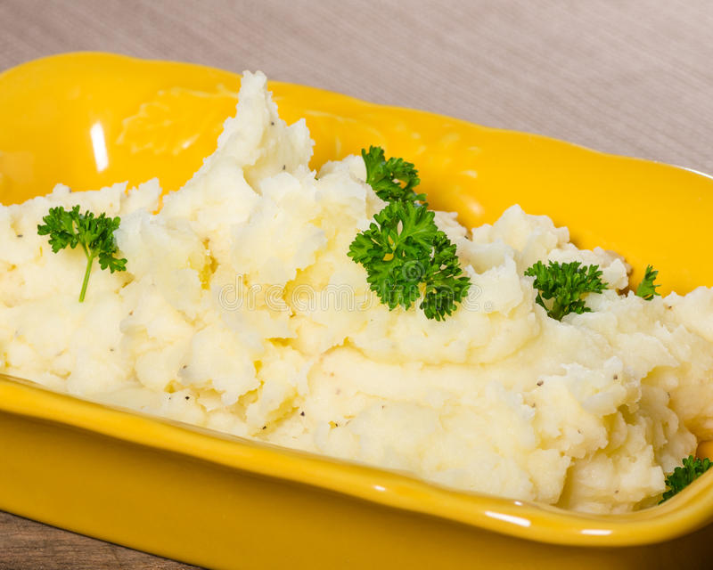 Kartoffelpürees mit Butter und Petersilie stockbilder