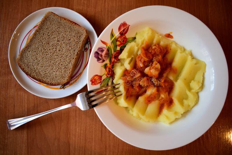 Kartoffelp?rees mit gebratenem Fleisch, Zwiebeln und Karotten stockbild
