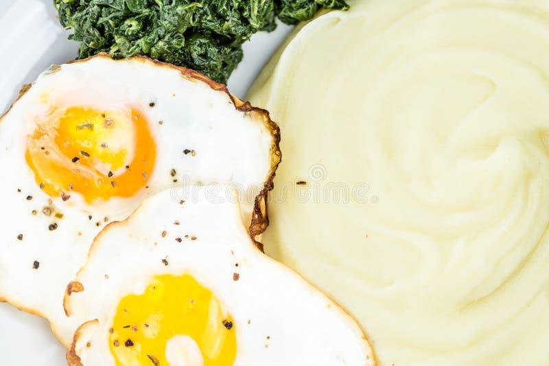 Kartoffelpürees mit Spinat und gebratenes egga u. x28; selektives focus& x29; lizenzfreies stockfoto