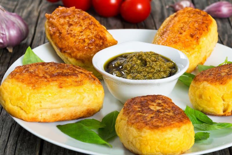 Kartoffelpfannkuchen angefüllt mit Hühnerfleischnahaufnahme lizenzfreie stockfotos