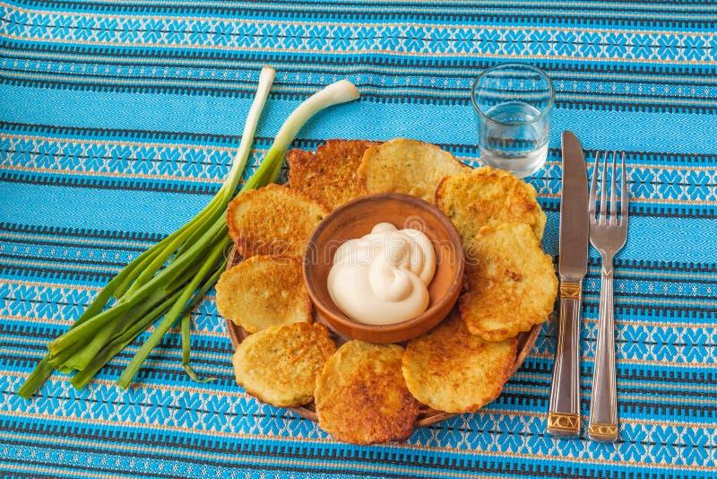 Kartoffelpfannkuchen (Kartoffel Flapjacks) und ein Glas Wodka lizenzfreie stockfotografie
