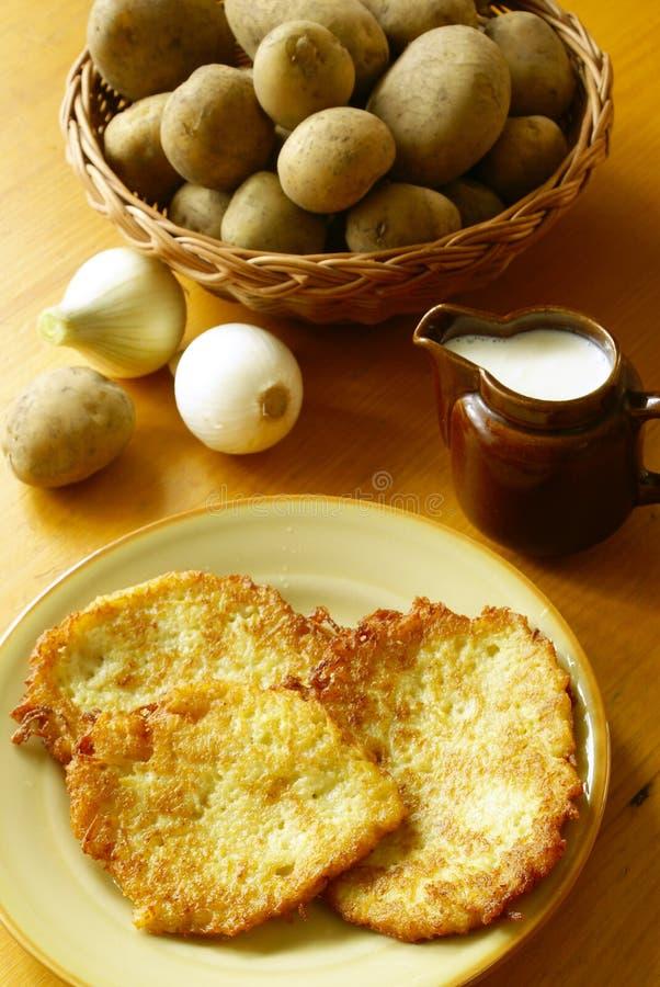 Kartoffelpfannkuchen (Latkes) lizenzfreies stockbild