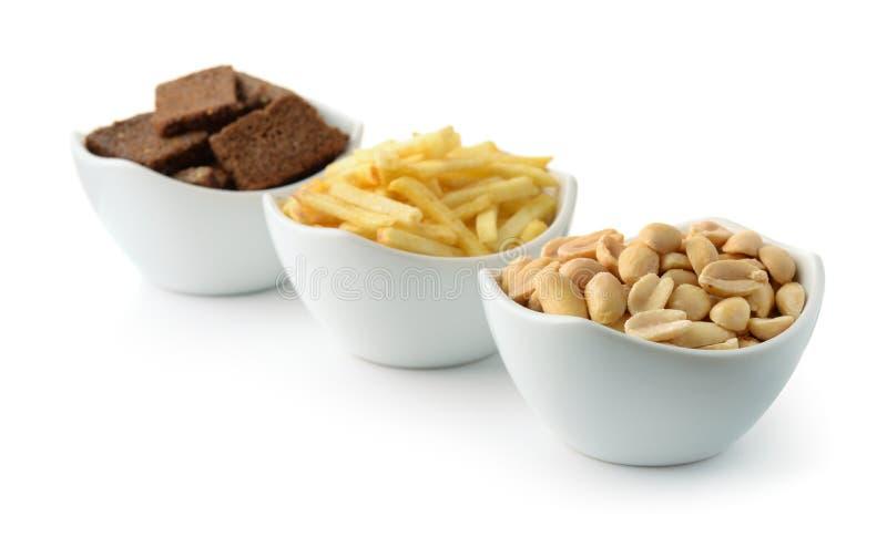 Kartoffelst?cke, gesalzene Erdn?sse und Roggenknoblauchcroutons lizenzfreie stockbilder