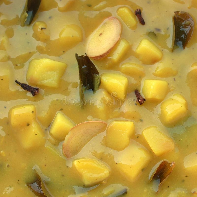 Kartoffelsuppe mit Curryblättern stockfotos