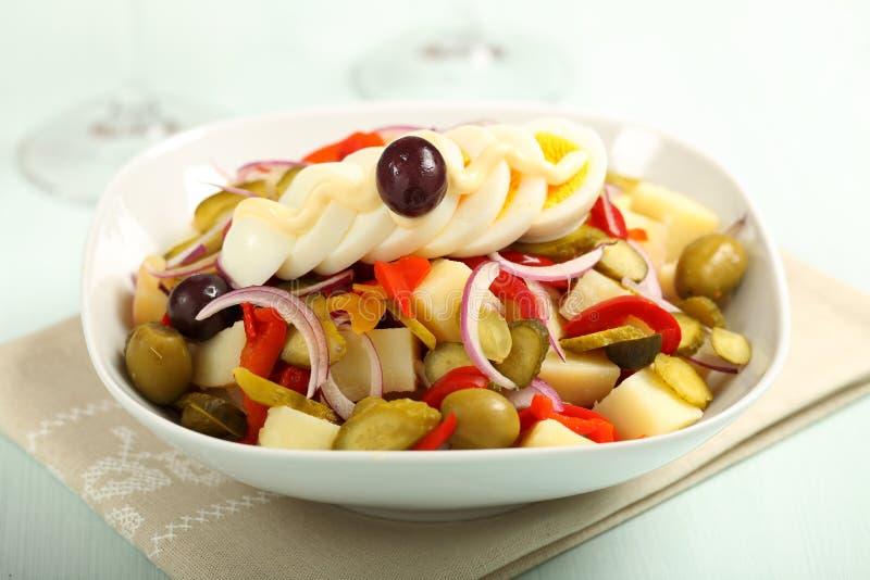 Kartoflana sałatka z mieszanymi warzywami i jajkiem obraz stock