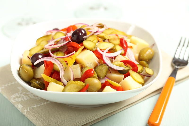 Kartoflana sałatka z mieszanymi warzywami zdjęcia stock