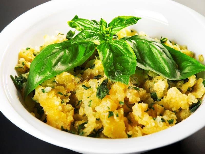 Kartoflana sałatka z ziele obraz stock