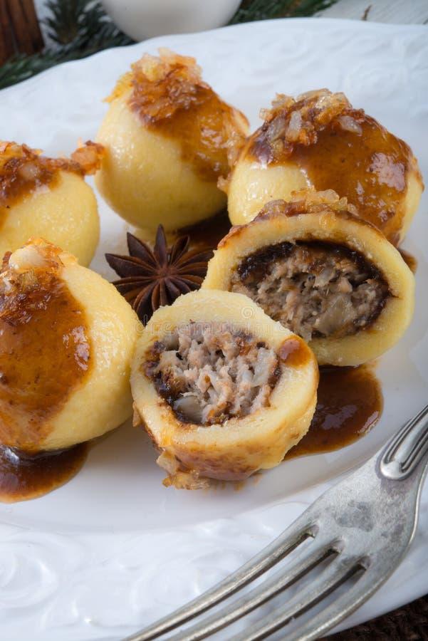Kartoflane kluchy z mięsnym plombowaniem zdjęcie royalty free
