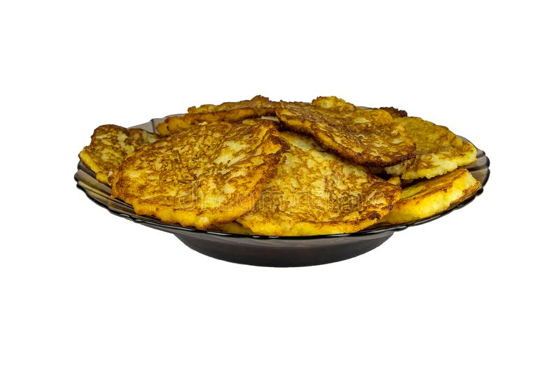 Kartoflani bliny na czarnym talerzu, odosobnionym Kraciaste smażyć grule obrazy royalty free
