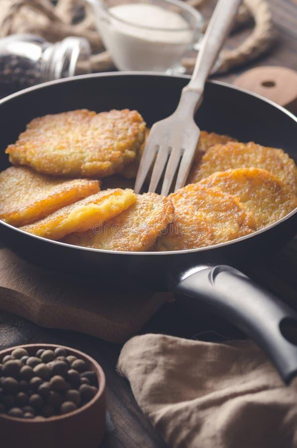 Kartoflani bliny w smaży niecce Selekcyjna ostrość obraz stock