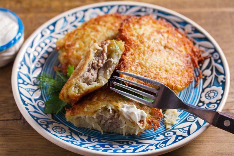 Kartoflani bliny Wypełniający Z mięsem Jarzynowi fritters faszerujący z mięsem Latkes na b??kita talerzu fotografia stock