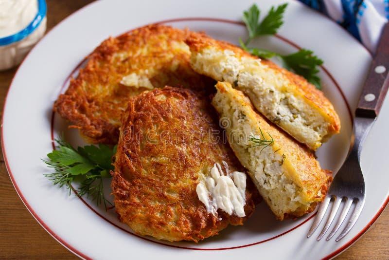 Kartoflani bliny Wypełniający Z serem Jarzynowi fritters faszerujący z chałupa serem zdjęcie royalty free