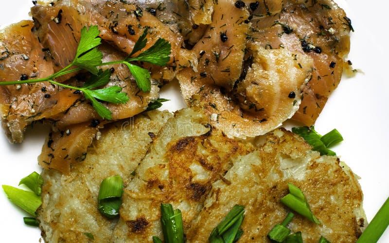 kartoflani bliny z łososiowym tłem zdjęcia stock