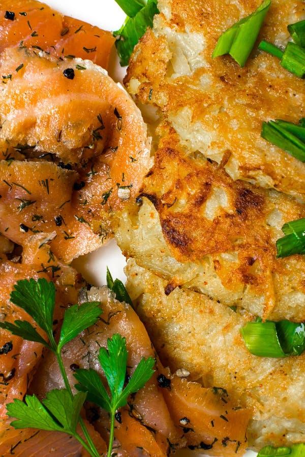 kartoflani bliny z łososiowym tłem fotografia stock