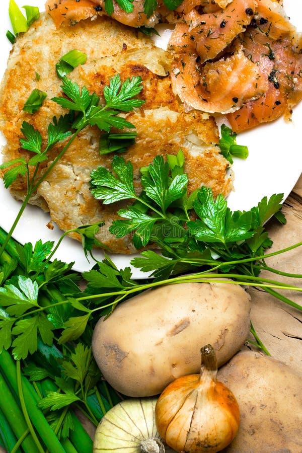 kartoflani bliny z solonym łososiem i zieleniami obrazy royalty free