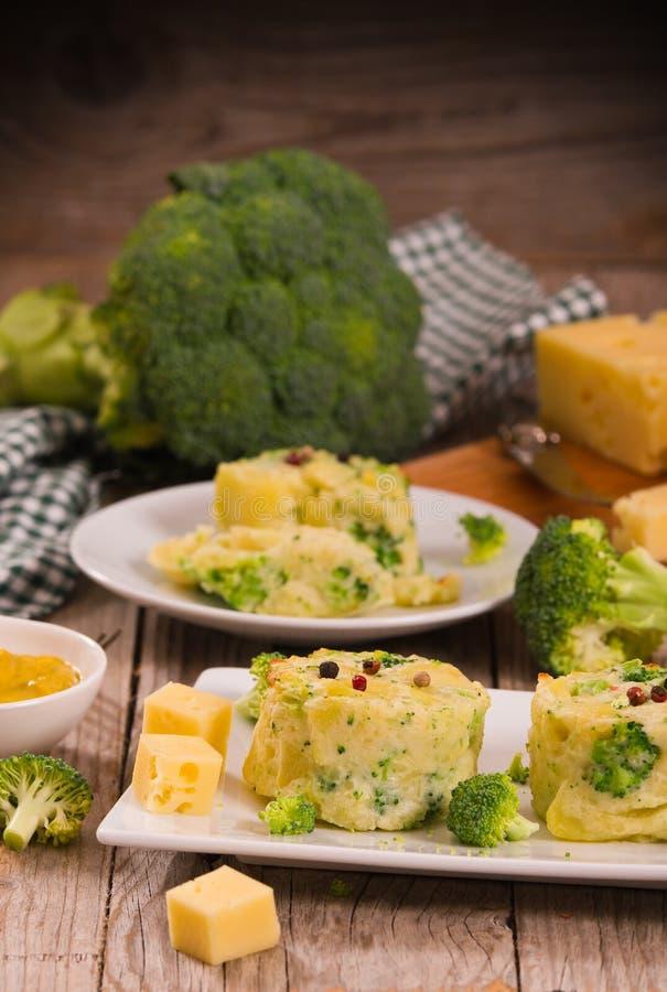 Kartoflani gratins z brokułów florets obrazy royalty free