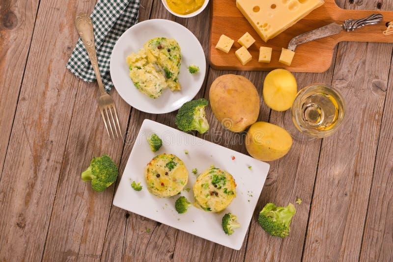 Kartoflani gratins z brokułów florets zdjęcia stock