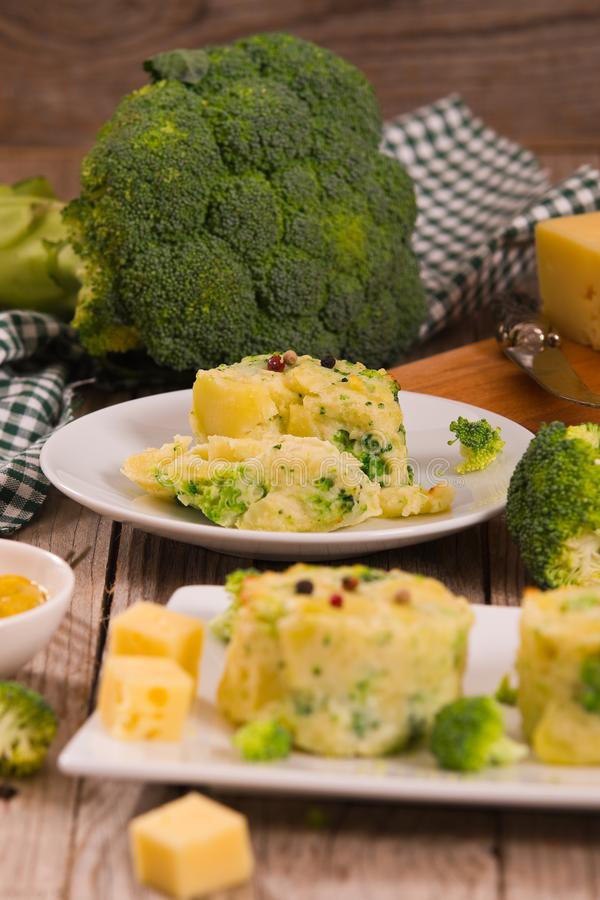 Kartoflani gratins z brokułów florets obraz stock