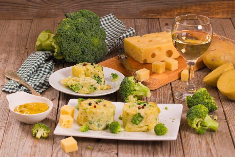 Kartoflani gratins z brokułów florets fotografia royalty free
