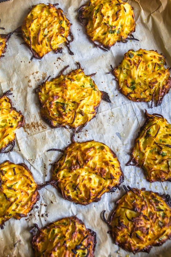 Kartoflani latkes blin po piec w piekarnika tle obraz stock