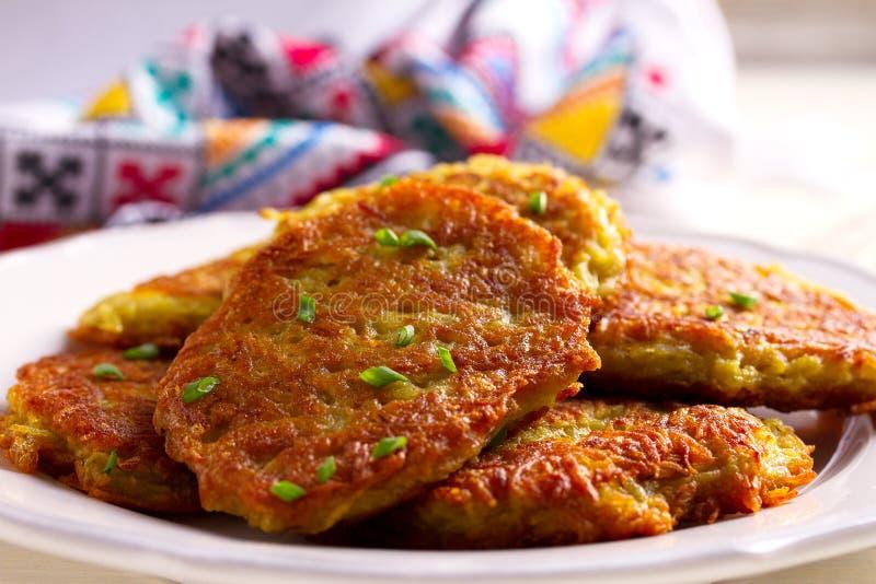 Kartoflani torty Jarzynowi fritters, latkes, draniki Jarzynowi bliny zdjęcie royalty free