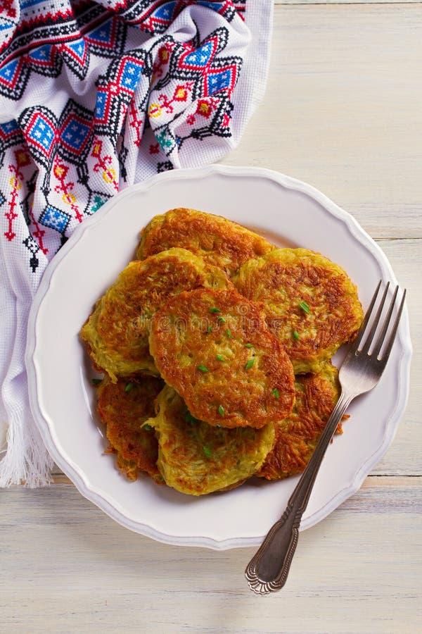 Kartoflani torty Jarzynowi fritters, latkes, draniki Jarzynowi bliny obraz stock