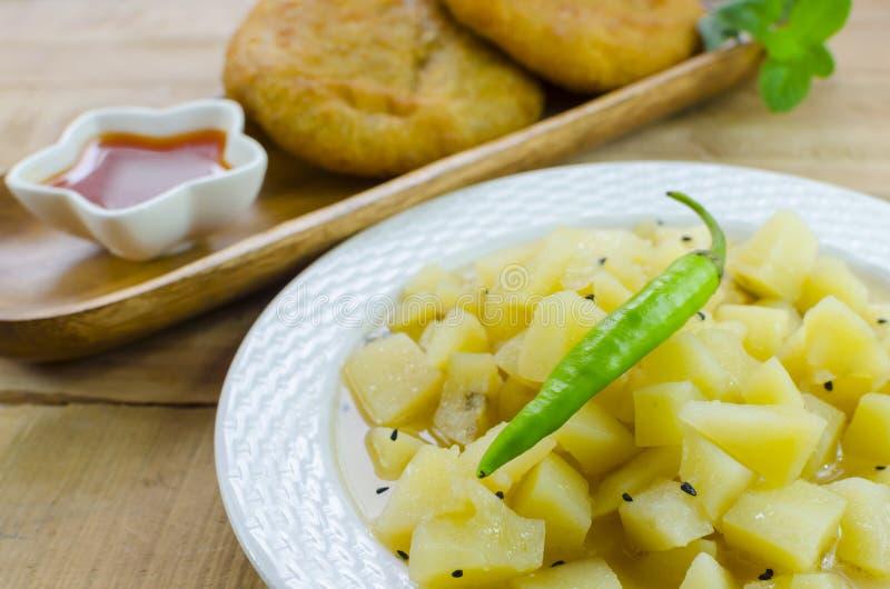 Download Kartoflany Curry Z Czarnymi Kminów Ziarnami Obraz Stock - Obraz złożonej z czerń, grula: 53782775