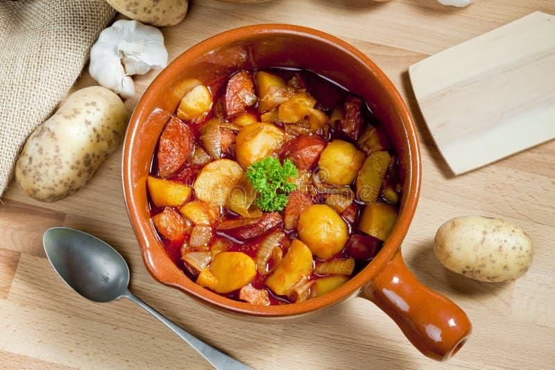 kartoflany i kiełbasiany goulash zdjęcia royalty free